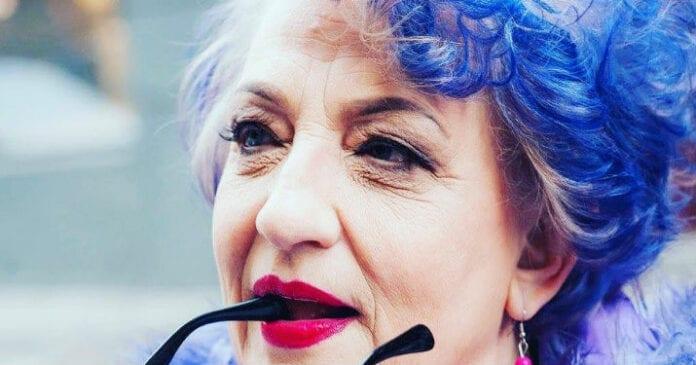 80 летняя старушка с синими волосами сидела у нотариуса и болтала ногами